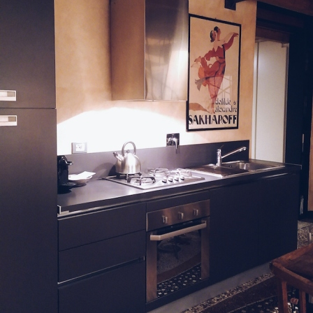 A neat little kitchen with everything you need, whether it's making coffee, cooking up a meal, or reheating the ton of focaccia you bought 'by accident'.